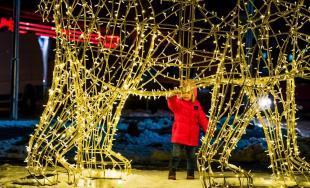 Vianočné svetielka v Trenčíne tento rok oživili mesto inak, pozrite sa ako vyzerá vianočná atmosféra