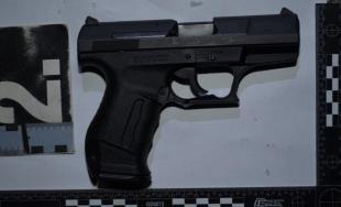 25-ročný Peter je obvinený z krádeže, polícia u neho našla zbraň, ktorú použil pri lúpeži herne
