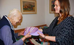 Vierka a Danka z Nízkoprahového denného centra obdarovali dôchodcov svojimi pletenými výrobkami