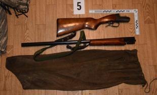 Polícia zadržala troch pytliakov, ktorí ulovili gravidnú laň, 2 z nich našli doma nelegálne zbrane