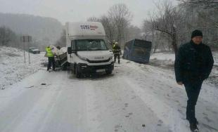 Autobus sa zrazil s nákladným autom a skončil mimo cesty, cesta bola uzavretá v oboch smeroch