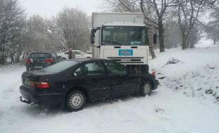 Pri nehode troch áut zasahovali hasiči, do ich odstaveného vozidla narazil ďalší nezodpovedný vodič