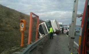 Leteckí záchranári zasahovali na D1 pri Považskej Bystrici, prevrátil sa tam kamión