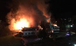Hasiči celú noc zasahovali pri rozsiahlom požiari v Považskej Bystrici, horel bývalý Molimat na SNP