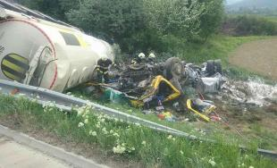 Diaľnica D1 pri Ilave je uzavretá, na mieste havarovala cisterna a hrozí výbuch