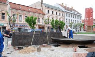 Počas týždňa dokončovali práce s osadením novej fontány na Mierovom námestí, mesto ju už spustilo