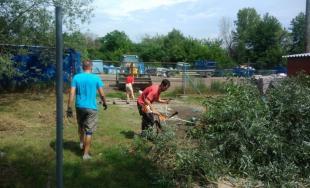Aj v meste Trenčín dnes pomáhali dobrovoľníci z viacerých firiem v rámci projektu Naše Mesto