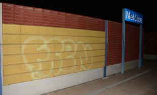 15-roční mladíci čelia obvineniu z poškodzovania cudzej veci, popísali vozeň aj steny na zastávke