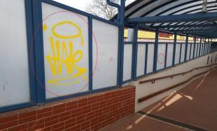 Sprejer v obci Ivanovce poškodil steny železničného podchodu, teraz čelí obvineniu