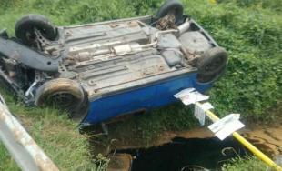 Hasiči zasahovali pri nehode v Modrovke: auto uviazlo nad potom, zachytila ho orientačná tabuľa